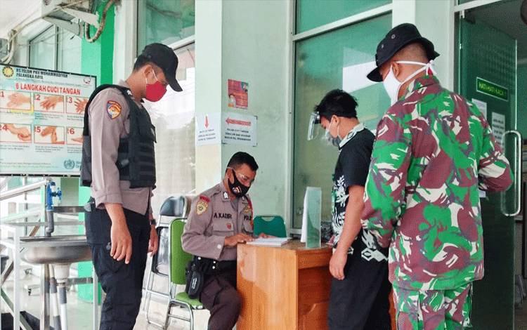 Personel Polresta Palangka Raya saat disiagakan di rumah sakit rujukan covid-19.