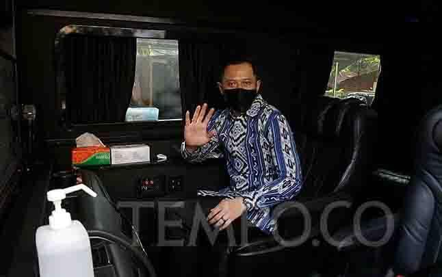 Ketua Umum Partai Demokrat Agus Harimurti Yudhoyono melambaikan tangan seusai pertemuan dengan Presiden PKS Mohamad Sohibul Iman di kantor DPP PKS, Jakarta, Jumat, 24 Juli 2020. (foto : tempo.co)