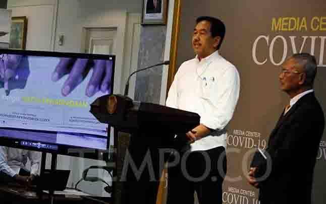 Direktur Utama PT Angkasa Pura II Muhammad Awaluddin (kiri) bersama Juru bicara informasi wabah COVID-19 dr. Achmad Yurianto saat memberikan keterangan pers di Ruang Wartawan Kantor Presiden, Komplek Istana Kepresidenan, Jakarta, Senin, 9 Maret 2020. Kartu ini wajib diisi oleh semua penumpang. (foto : TEMPO/Subekti)