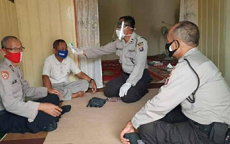Anggota Urkes Polres Kapuas saat mengunjungi personel yang sedang sakit di Kuala Kapuas, Kamis, 13 Agustus 2020.