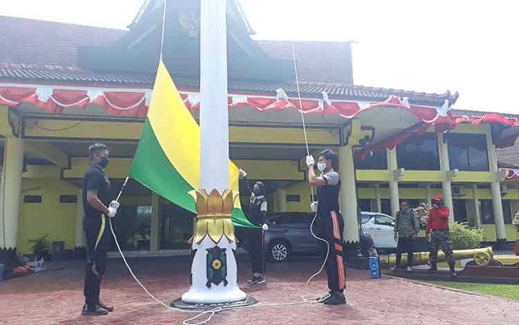 Tiga petugas paskibra 2019 sedang berlatih, akan kibarkan bendera HUT RI Ke-75 di Kabupaten Kobar.