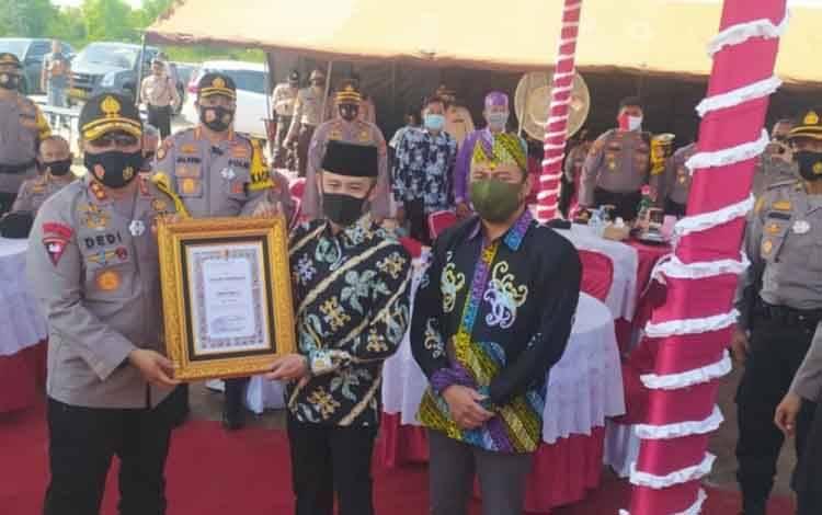 Kapolda Kalteng Irjen Dedi Prasetyo menyerahkan penghargaan kepada Wali kota Palangka Raya Fairid Naparin dan Wakil Ketua I DPRD Palangka Raya Wahid Yusuf