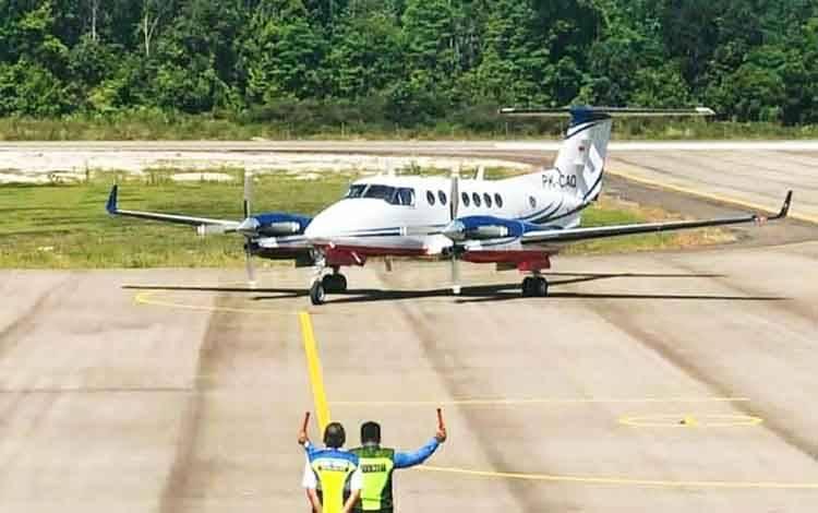Pesawat uji kalibrasi jenis Beechraft tipe King Air 350i yang mulus mendarat di bandara Haji Muhammad Sidik, Kamis 13 Agustus 2020.