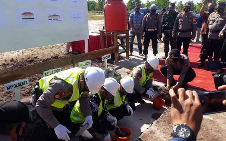 Danramil 1016-01 Pahandut Mayor Inf Heru Widodo saat menyaksikan peletakan batu pertama pembangunan Polsek Jekan Raya, Kamis 13 Agustus 2020.