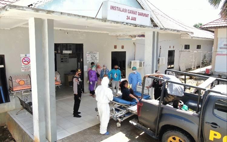Anggota patroli Sabhara Polres Barito Timur mengantarkan pengendara kecelakaan tunggal ke IGD RS Tamiang Layang untuk mendapatkan perawatan medis.