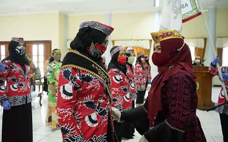 Wakil Wali Kota Palangka Raya Umi Mastikah mengukuhkan 60 pengurus Asbadata.