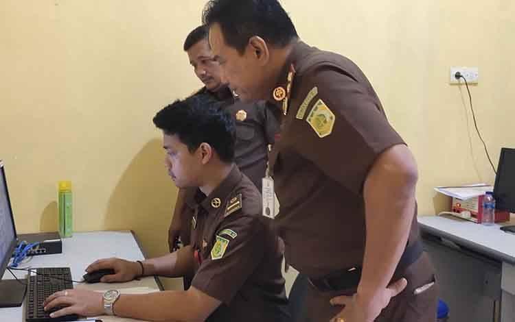 Kajari Sukamara, Fajar Sukristyawan bersama Kasi Pidum saat melihat proses entri data CMS.
