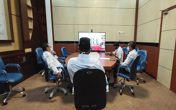 Pemkab Sukamara saat mengikuti rapat secara zoom virtual.