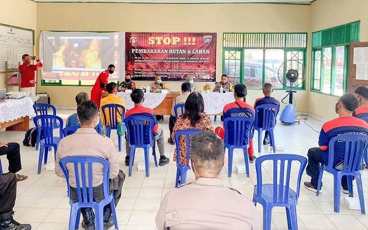Sosialisasi dan edukasi pencegahan karhutla di Aula Kelurahan Menteng, Kecamatan Jekan Raya, Kamis 13 Agustus 2020.