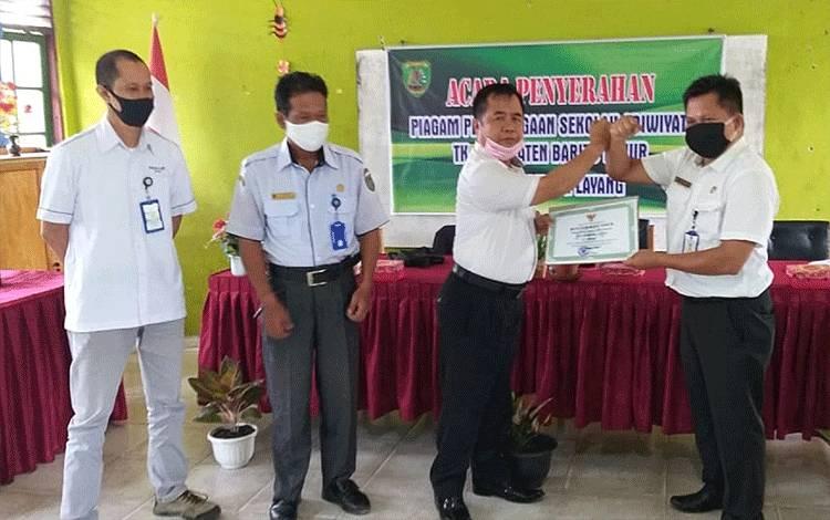 Penyerahan penghargaan Adiwiyata di SDN 1 Tamiang Layang