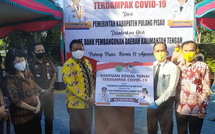 Bupati Pulang Pisau Edy Pratowo saat meresmikan penyaluran BST Kabupaten Pulang Pisau.