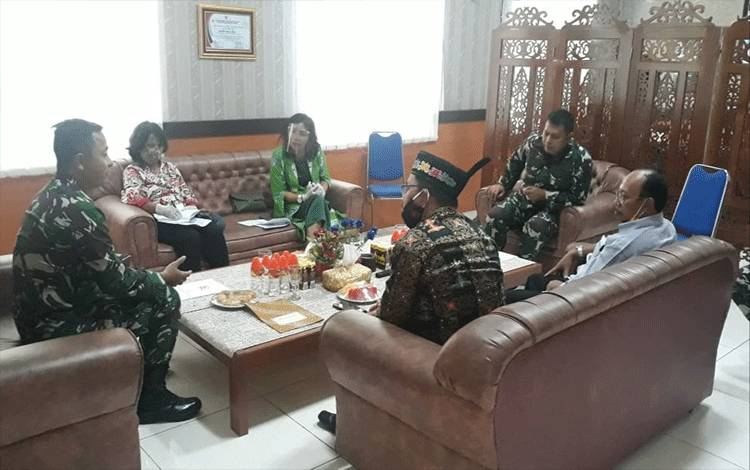 Dandim 1016/Palangka Raya Kolonel Inf I Gede Putra Yasa, menerima kunjungan Kapok Sahli Danpustread, Brigjen TNI Eko Susetyo beserta rombongan, Kamis 13 Agustus 2020.