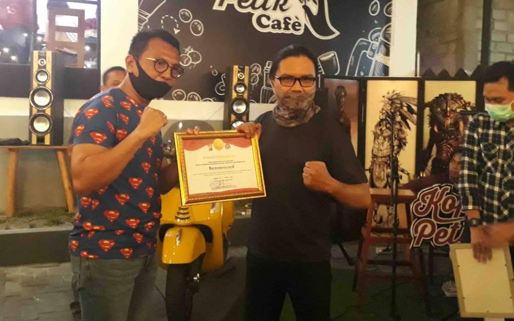 Kapolres Kobar, AKBP E DHarma B Ginting menyerahkan piagam penghargaan untuk Borneonews.co.id, Kamis malam, 13 Agustus 2020.