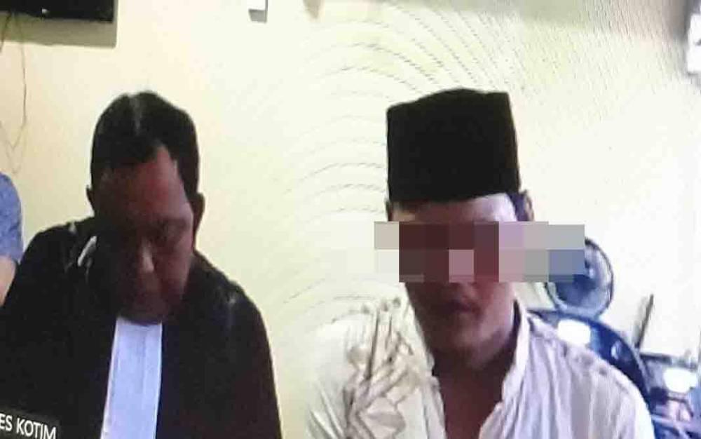 Terdakwa kasus sabu, Rusdi (pakai peci) bersama penasihat hukumnya.