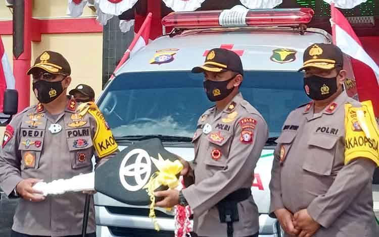 Kapolda Kalteng Irjen Pol Dedy Prasetyo menyerahkan secara simbolis kunci mobil ambulans kepada Kepala RS Bhayangkara Kompol Anton Sudarto mewakili Kabiddokkes Polda setempat, Jumat 14 Agustus 2020.
