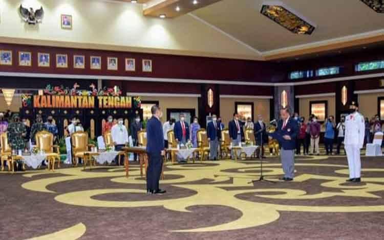 Ketua Umum KONI Pusat, Letjen TNI (Purn) Marciano Norman melantik pengurus KONI Kalteng di Aula Jayang Tingang kantor gubernur, Jumat, 14 Agustus 2020.