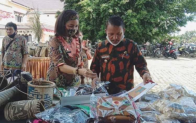 Wakil Bupati Barito Timur didampingi Kepala Dinas Koperasi, UKM dan Perindustrian melihat produk-produk usaha mikro dan kecil Barito Timur