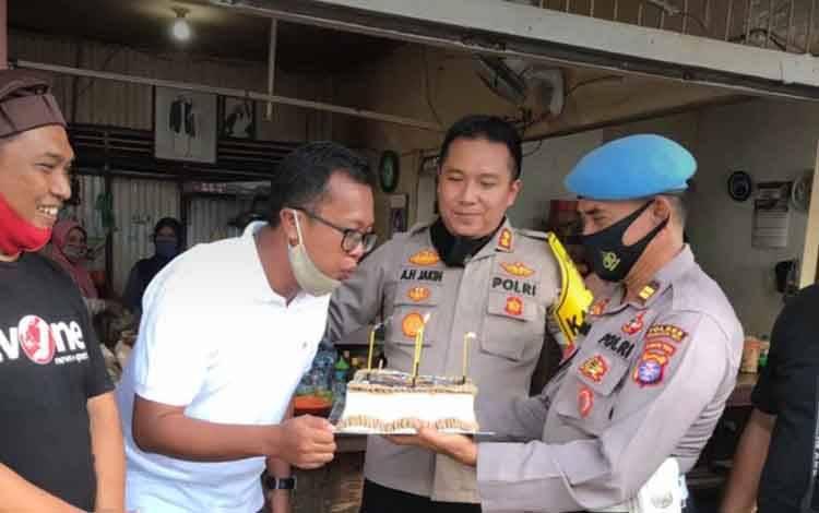 Ketua PWI Kotim, Andri Rizky Agustian saat menerima suprise kue ultah dari Kapolres Kotim, AKBP Abdoel Harris Jakin, Jumat, 14 Agustus 2020.