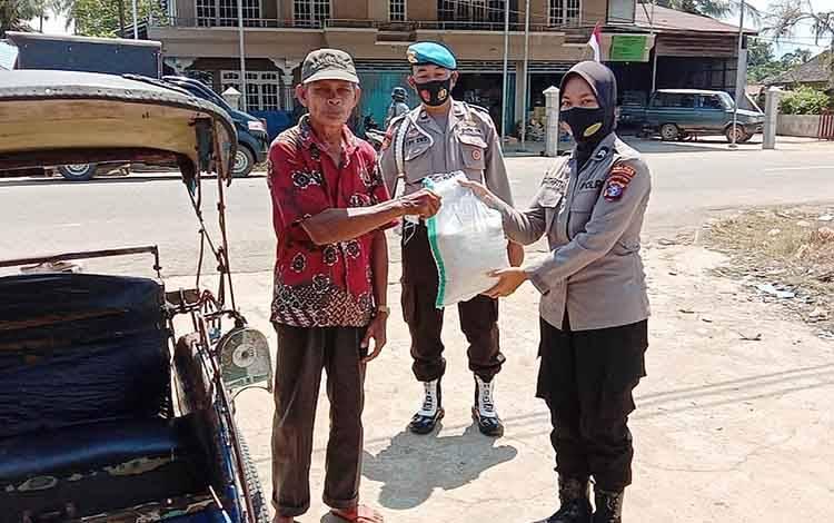 Kegiatan bakti sosial Jumat berkah Polsek Dusun Tengah