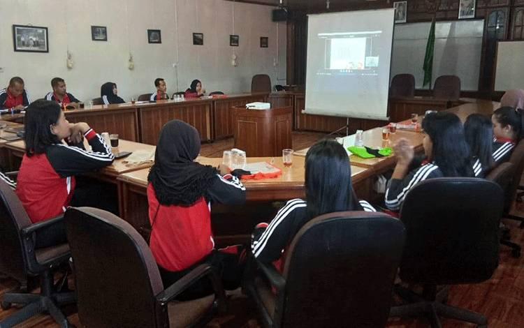 Para guru di Kalimantan dan Papua tengah mengikuti lokakarya edukasi pencegahan karhutla (kebakaran hutan dan lahan) secara virtual pada Sabtu, 8 Agustus 2020 akibat COVID-19 yang masih melanda tanah air.