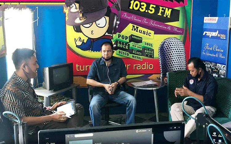 Perwakilan KPID Provinsi Kalteng saat melakukan kunjungan ke LPPL Batara FM Kabupaten Barito Utara, Jumat 14 Agustus 2020.