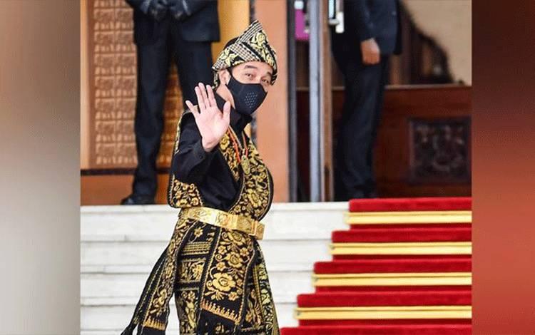 Presiden Joko Widodo (Jokowi) melambaikan tangan ke arah wartawan saat tiba di lokasi sidang tahunan MPR dan Sidang Bersama DPR-DPD di Komplek Parlemen, Senayan, Jakarta, Jumat, 14 Agustus 2020. Jokowi hadir dengan mengenakan baju sabu atau pakaian adat dari Nusa Tenggara Timur. ANTARA/Galih Pradipta