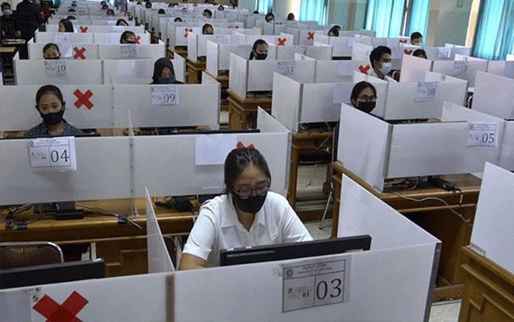 Sejumlah peserta mengikuti pelaksanaan UTBK Seleksi Bersama Masuk Perguruan Tinggi Negeri (SBMPTN) 2020 di Universitas Udayana, Denpasar, Bali, Ahad, 5 Juli 2020. Sebanyak 5.239 orang peserta mengikuti UTBK SBMPTN 2020 di Universitas Udayana yang dilaksanakan dengan menerapkan berbagai protokol kesehatan untuk mencegah penyebaran pandemi COVID-19. ANTARA/Fikri Yusuf