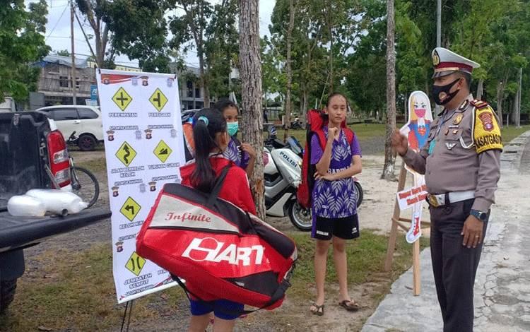 Satlantas Polres Sukamara saat mensosialisasikan rambu-rambu lalulintas kepada masyarakat yang ditemui di Lapangan Mini Sukamara.