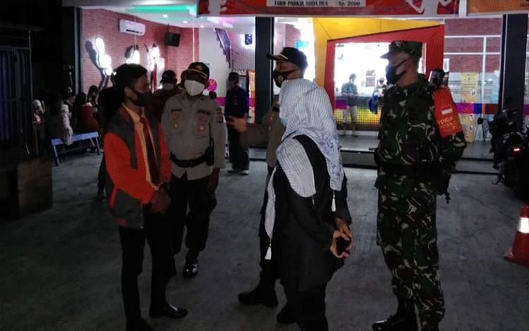 Satgas Covid-19 Palangka Raya saat patroli pengawasan protokol kesehatan tempat karaoke.