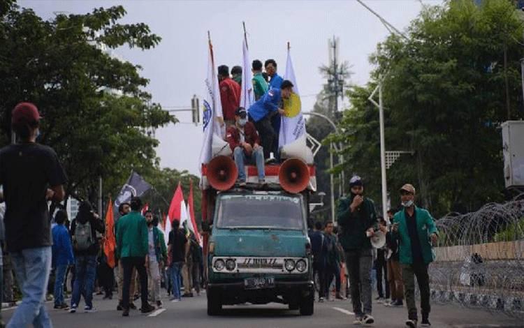 Ratusan mahasiswa ramaikan aksi unjuk rasa tolak Omnibus Law, di kawasan GBK, belakang gedung DPR, Jakarta, Jumat, 14 Agustus 2020. Achmad H.Assegaf