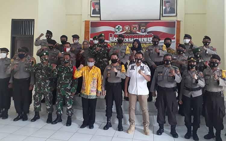 TNI-Polri dan pihak terkait foto bersama dalam Launching Desa Pantang Mundur Lewu Isen Mulang, di Kecamatan Arsel.
