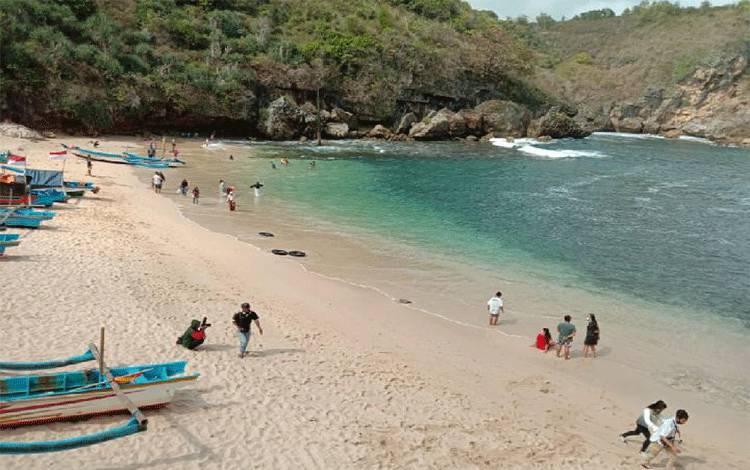Suasana Pantai Gesing di Kabupaten Gunungkidul, Yogyakarta, masih lengang dari kunjungan wisatawan di masa pandemi Covid-19. Pantai Gesing termasuk destinasi wisata yang masuk uji coba pembukaan kembali sejak Juli 2020. TEMPO   Pribadi Wicaksono