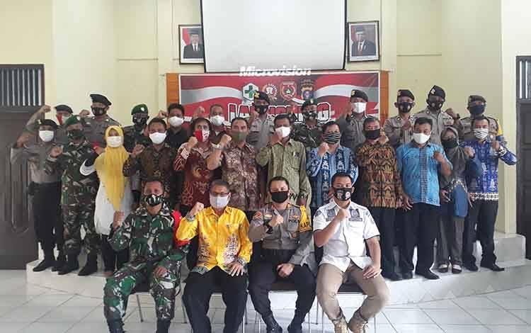 Camat Arsel M Ramlan (batik kuning), saat launching Desa Pantang Mundur, Sabtu, 15 Agustus 2020.