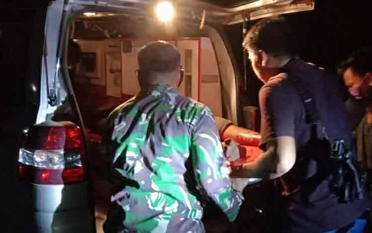 Korban pembunuhan saat dievakuasi oleh petugas gabungan dan warga di Desa Sei Hanyo, Kecamatan Kapuas Hulu, tadi malam.