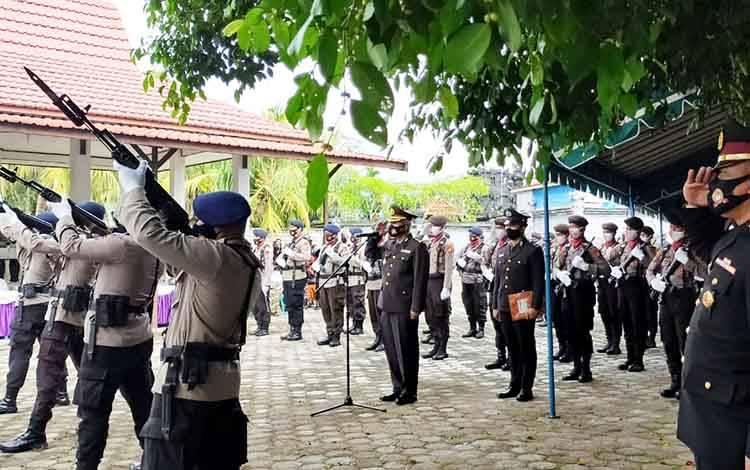 Pemakaman AKBP Ign Putu Miasa yang dilaksanakan secara militer.