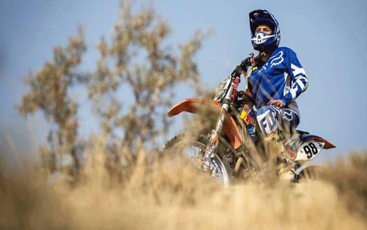 Baran Hadizadeh, seorang pengendara sepeda motor wanita mengendarai sepeda motornya di luar Teheran, Iran 7 Agustus 2019. Baran adalah salah satu generasi pembalap motorcross wanita pertama di Iran dan menjadi inspirasi bagi banyak gadis Iran saat ini. Nazanin Tabatabaee/WANA (West Asia News Agency) via REUTERS