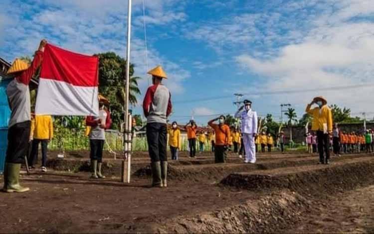 Upacara pengibaran bendera ditengah sawah di Kelurahan Bukit Tunggal, Kecamatan Jekan Raya Kota Palangka Raya