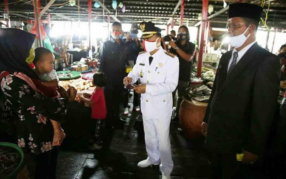Bupati Seruyan, Yulhaidir bersama unsur FKPD saat membagikan masker kepada masyarakat, di HUT ke 75 Kemerdekaan RI, Senin, 17 Agustus 2020.