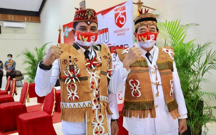 Bupati Kotim Supian Hadi dan Wakil Bupati Taufiq Mukrimengenakan pakaian rompi tradisional khas dayak buatan Kepala MTsN Sampit Jainuddin.