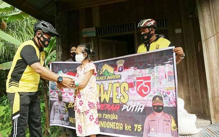 Kegiatan bersepeda santai dan pembagian bantuan sosial yang dilaksanakan Kapolres Barito Timur, AKBP Hafidh Susilo Herlambang.