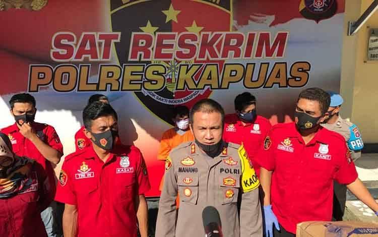 Kapolres Kapuas, AKBP Manang Soebeti saat merilis pengungkapan kasus kejahatan seksual sodomi, Selasa, 18 Agustus 2020.