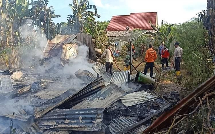 Rumah terbakar di Kelurahan Tanah Mas. Upayapemadaman dilakukan oleh sejumlah warga dan pertugas.