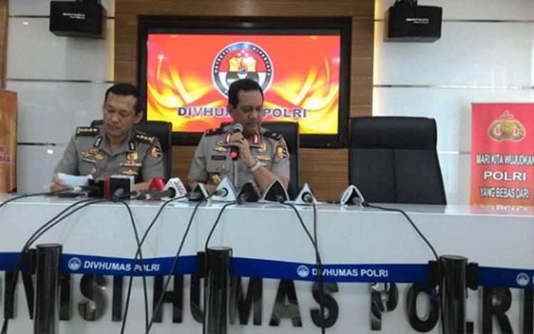 Kepala Bagian Mitra Polri Komisaris Besar Awi Setiyono dan Kepala Biro Penerangan Masyarakat Polri Brigadir Jenderal Rikwanto memberi keterangan pers seputar penggerebekan terduga teroris di Setu, Tangerang Selatan di kantornya, Jakarta Selatan, Rabu, 21 Desember 2016. Tempo Rezki A.