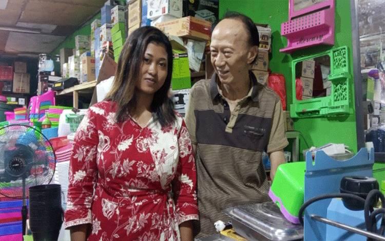 Khi Gondo Jayadi atau Cek Ayong dengan istrinya Lithika Al Gandis saat ditemui di Toko Buana Plastik, Rabu, 19 Agustus 2020.