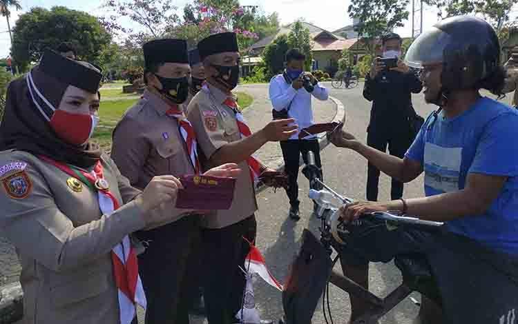 Wakil Bupati Seruyan Iswanti bersama Ketua Pramuka Kwartir Cabang Seruyan Zuli Eko Prasetyo saat melakukan pembagian masker