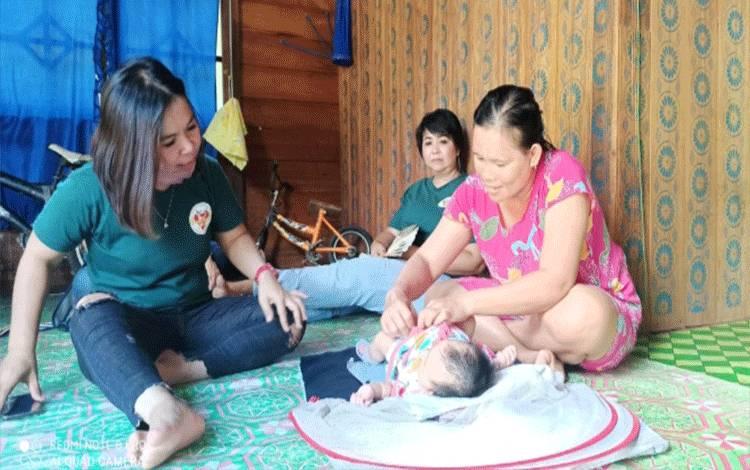 Komunitas SPS Gunung Mas saat mengunjungi bayi Moria Aprilia yang lahir tanpa dubur atau lubang anus.