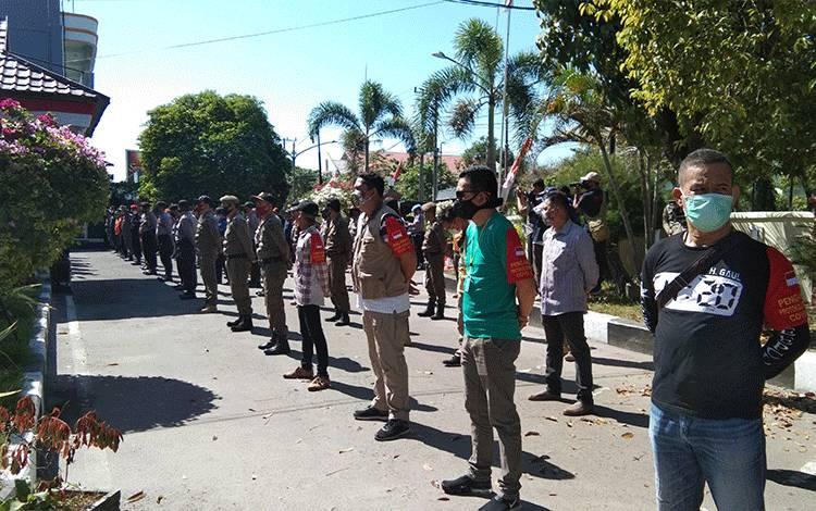 Satgas Penaganan Covid-19 Kota Palangka Raya adakan upacara persiapan pembagian masker pasar besar.