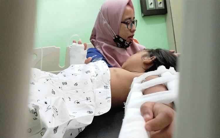Korban (beraring) saat dirawat di rumah sakit, dengan kondisi tangan kirinya yang patah.