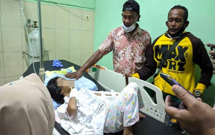 Kakek korban penganiayaan switer kuning saat tiba dan melihat cucunya dirawat di RSUD dr Murjani Sampit