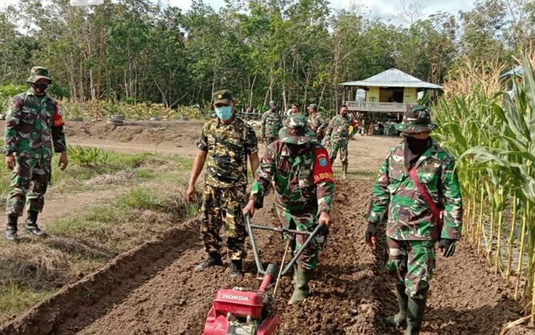 Ketua Kelompok Tani Kalampan Jaya, Yanir mendampingi jajaran Kodim 1011 Kuala Kapuas mengolah lahan demplot di Desa Anjir Kalampan, Kecamatan Kapuas Barat.